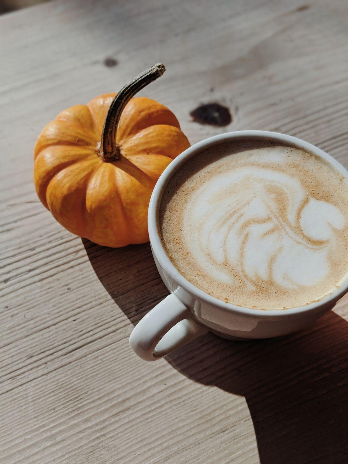Igazi Pumpkin Spice Latte egyszerűen, pár csepp CBD-vel megbolondítva